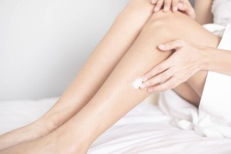Woman applying legs cream,lotion , Hygiene skin body care concept. Banque d'images - 137183613