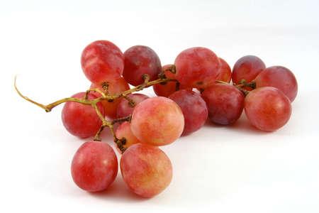 Uva matura rossa isolata su bianco con un po 'di ombra