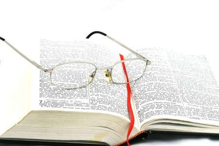 Primo piano di una Bibbia con occhiali su di esso per studio