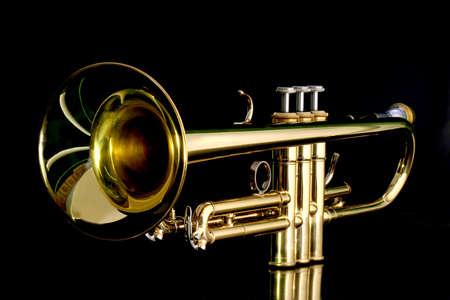oro lacca tromba con boccaglio isolato su fondo nero Archivio Fotografico