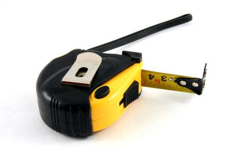cintas metricas: cinta de medida amarillo y negro aislado en blanco con un poco de sombra