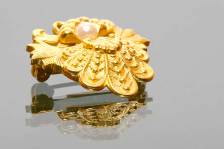 Close-up of a jewel with a pearl on a glass surface Archivio Fotografico