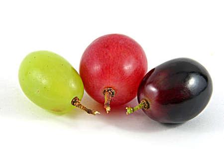 Tre uva a bacca in diversi colori isolato su bianco