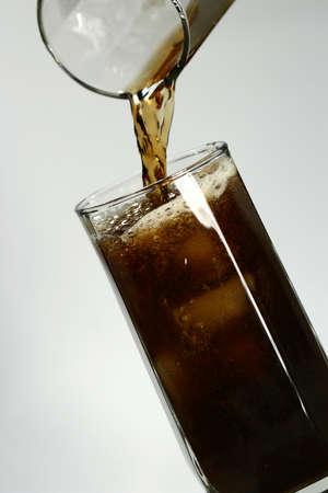Bere refreshener in un bicchiere con blocchi di ghiaccio Archivio Fotografico