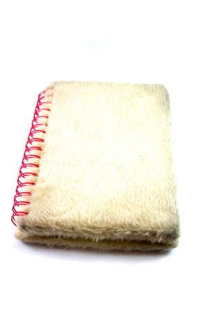 Bianco cadde notebook woth molle rosa isolato su bianco