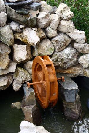 molino de agua: Mudanza molino de agua en miniatura hechas de piedras de río y madera Foto de archivo
