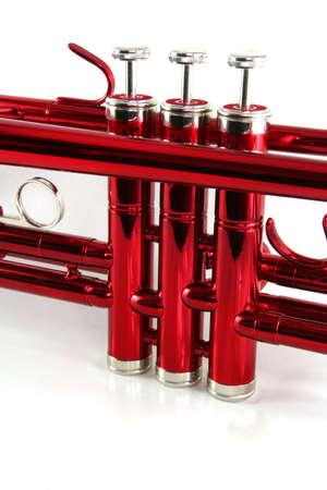 Primo piano di una tromba valvole rosso