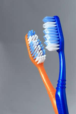 Due spazzolini da denti da vicino in un bicchiere