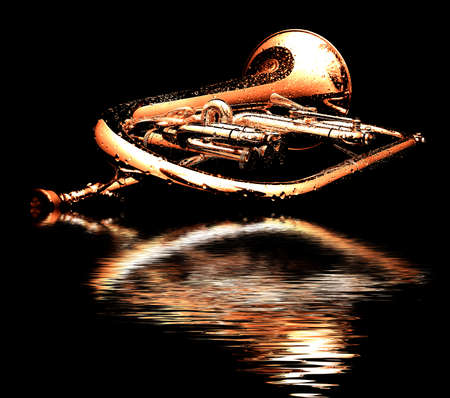 Fluegelhorn bagnato con boccaglio d'oro isolato su fondo nero con gocce d'acqua su di essa