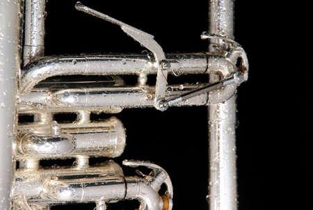 Dettagli di un fluegelhorn bagnato su fondo nero con gocce d'acqua su di essa Archivio Fotografico