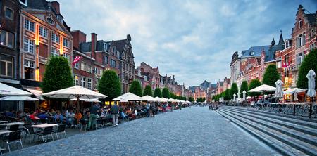 Rij van prachtige gebouwen op de Oude Markt, de langste bar in de wereld in Leuven, België Redactioneel
