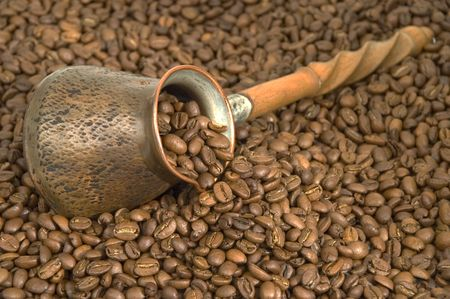 Turkish coffee pot and coffee beans. Banque d'images