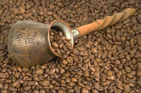 Turkish coffee pot and coffee beans. Standard-Bild