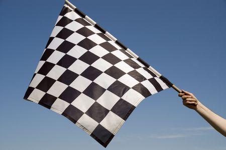 end line: Auto de carreras bandera sobre un fondo azul del cielo.  Foto de archivo