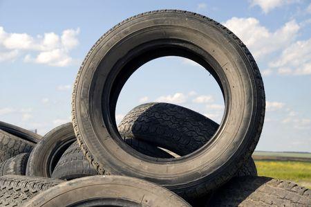 stockpiling: Mont�n de los antiguos desgastado los neum�ticos del autom�vil cubre.