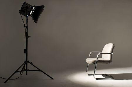 camara de cine: Estudio de la luz sobre la localizaci�n para la pel�cula escena. Foto de archivo