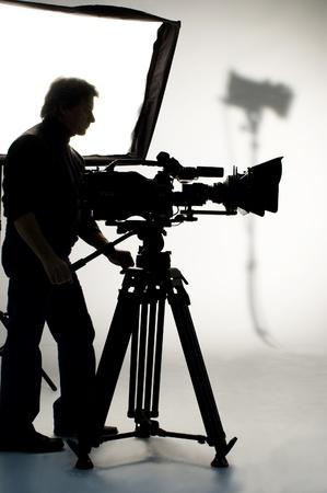 videofilm: Suchscheinwerfer und Silhouette der Kamera und Kameramann.