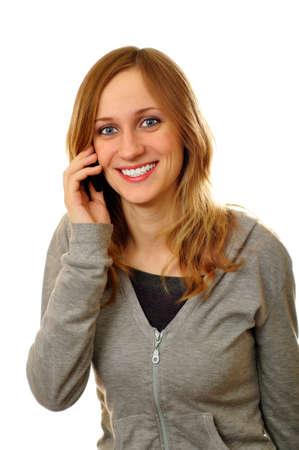 amigas conversando: Sonr�e la mujer mientras que una conversaci�n amistosa en la telefon�a m�vil Foto de archivo