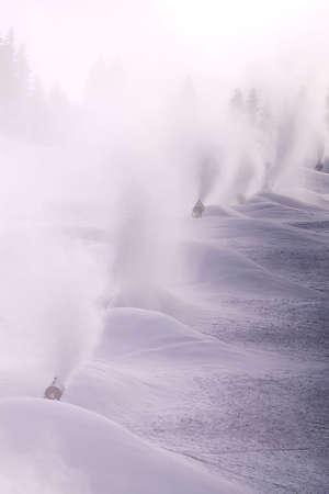 Souffleuses à neige dans le travail, la fabrication de neige, hiver Banque d'images - 7361459