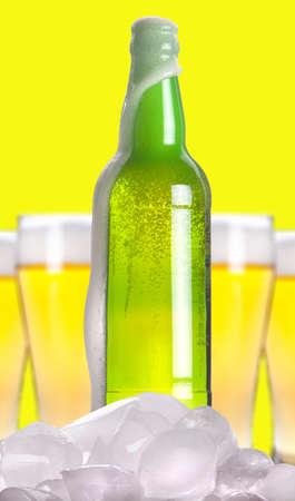 ported: Botella de cerveza abierta con el hielo y la espuma sobre un fondo blanco