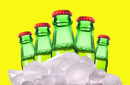 ported: botellas de cerveza con hielo aislados sobre un fondo amarillo Foto de archivo