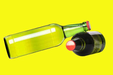 ported: botellas verdes de cerveza con tapas rojas aisladas en un fondo amarillo