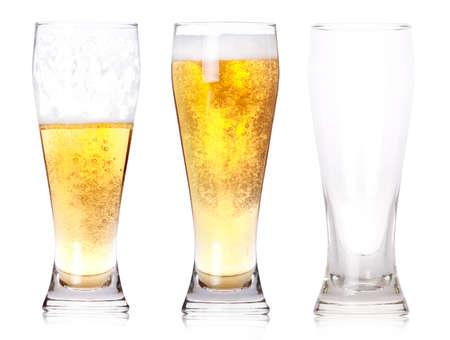 carbonation: Tres vasos de cerveza con un total, la mitad ha ido, y un vac�o aislado sobre un fondo blanco. Foto de archivo
