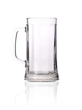 bier glazen: Lege bierpul geïsoleerd op witte achtergrond Stockfoto