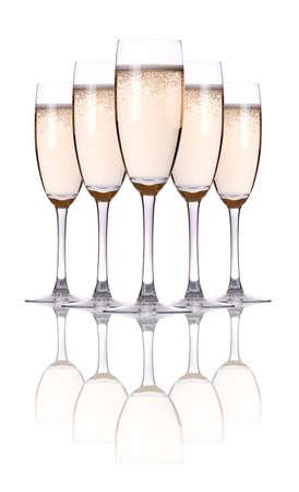 brindisi champagne: bicchiere di champagne flauti su uno sfondo bianco