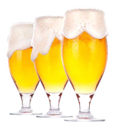 beer glasses: Cerveza fresca Frosty establecido con espuma aislado en un fondo blanco