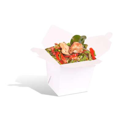 sautee: Cibo sano cinese in un contenitore isolato su uno sfondo bianco