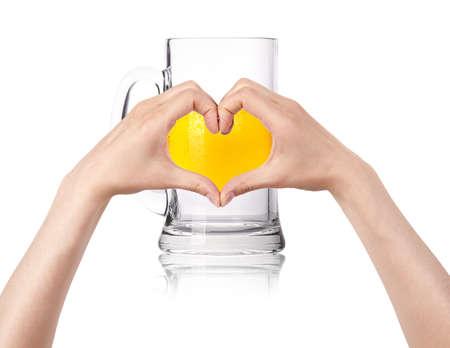 두 여자의 손으로 만든 심장과 맥주 잔 맥주 개념을 사랑합니다
