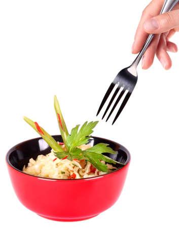 sautee: Cibo sano cinese in un piatto rosso e la mano con forcella isolato su uno sfondo bianco