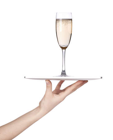 trays: Serveersters hand die een zilveren dienblad met champagne geïsoleerde