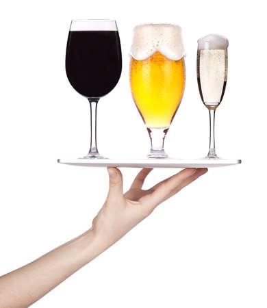 Serveersters hand die een zilveren dienblad met geïsoleerd alcoholische dranken