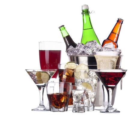 맥주, 마티니, 콜라, 샴페인, 와인, 위스키, 주스 - 절연 알코올 집합의 서로 다른 이미지