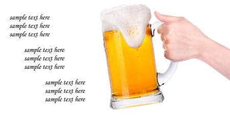 bier met de hand maken van toast geïsoleerd op een witte achtergrond
