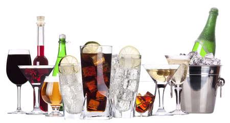 맥주, 마티니, 탄산 음료, 샴페인, 위스키, 와인 - 격리 된 알코올의 서로 다른 이미지 스톡 사진