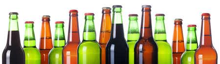 vasos de cerveza: Frosty botellas de cerveza aisladas sobre un fondo blanco