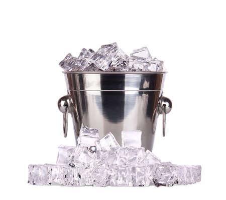 cubo de hielo aislado en un fondo blanco