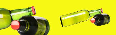 ported: botellas verdes de cerveza con tapas de color rojo aisladas sobre fondo amarillo