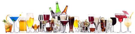 tomando alcohol: imágenes diferentes del alcohol aislado en un fondo blanco