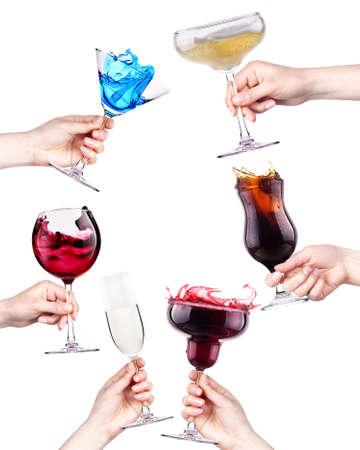 brindisi spumante: celebrare la festa di fondo - mani con bevande toast. vino, cola, cocktail, champagne Archivio Fotografico