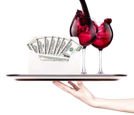 geld in de envelop geïsoleerd op een dienblad met rode wijn en een vrouw de hand Stockfoto