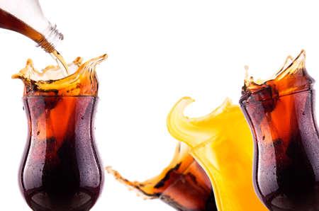 Verse coke achtergrond met ijs en splash geà ¯ soleerd op een witte
