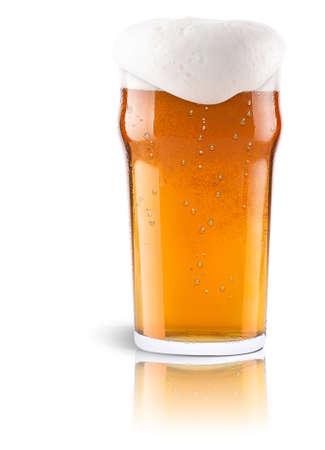 Ijzige vers bier met schuim geïsoleerde achtergrond Stockfoto