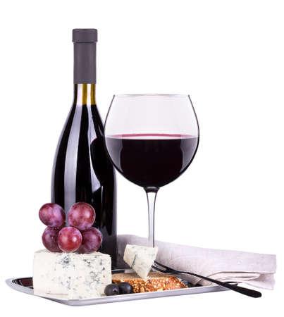 cerrar: Botellas y vasos de vino, surtido de uvas y queso aislados en blanco Foto de archivo