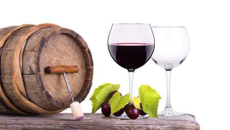 Rode wijn, glazen vat met druiven over wit