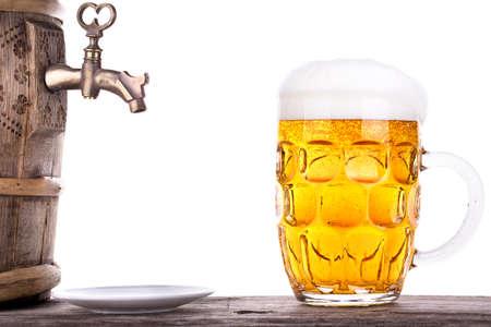 나무 테이블 흰색 배경에 배럴과 맥주 한잔