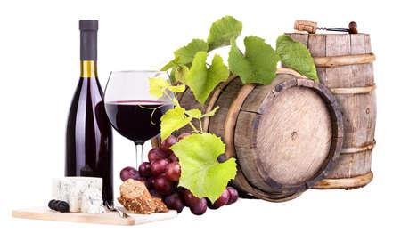 flessen en glas wijn, assortiment van druiven en kaas kurk op wit wordt geïsoleerd Stockfoto
